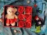 جعبه کادویی ولنتاین شامل شش شاخه گل رز نمدی و یک خرس کوچک قابل شستشو